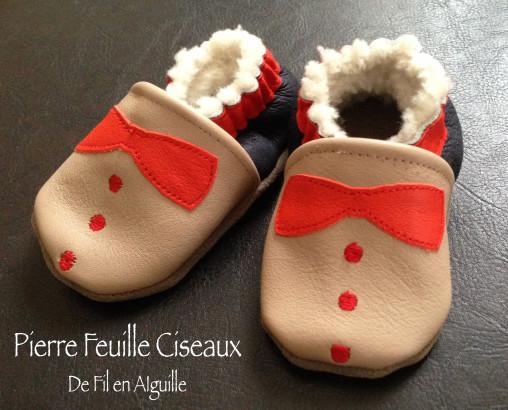 CHAUSSONS pour bébé en cuir véritable noirs, beiges et rouges - fourrés laine de mouton - petits noeud et bouton - plastron - costume